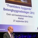 Bostadsminister Stefan Attefall talade om framtidens byggande. Lägg märke till de välkända häckarna :) ... Foto: Kjell Duberg
