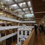 Gyldendalhuset. 1. En helt ny, effektiv och representativ kontorsbyggnad uppfördes bakom bevarade historiska fasader. Den vita huspastisch som står på innergården är en kopia av fasaden till en byggnad i Köpenhamn som tillhört Gyldendal förlag. Foto: Sussie Schwab