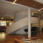 Gyldendalhuset. Huvudtrappan utgör en mötesplats. Snickare höll på i ett år med att bygga formen för trappan. Den blanka ytan på pelarna beror på att formarna var klädda med vaxat papper. Foto: Anita Stenler