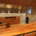 Gyldendalhuset. I auditoriet omfamnas publiken av platsgjuten betong, som kontrasterar mot den ljusa eken i tak, golv och inredning. Foto: Sussie Schwab