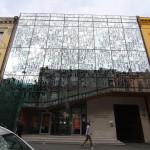Lärarnas hus – Smyckeskrinet. Glasfasaden med konstnärlig utsmyckning av Jorun Sannes. Bokstäver och symboler i silkscreen-tryck. Foto: Sussie Schwab