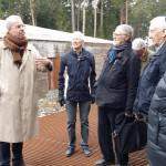Arkitekt Johan Celsing förklarar husets konstruktion för intresserade deltagare.