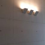 Invändig väggyta i platsgjuten vit betong.
