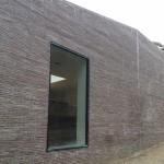 Från utsidan kan man genom de stora fönsteröppningarna se in till ugnarna.